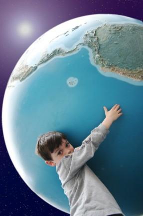 Kind hält Welt
